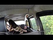 Женшина показывает свою киску на камеру