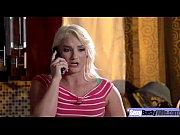 Смотреть онлайн молодая блондинка ласкает свою киску