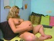 Порно красивая мамочка спалилась при мастурбации у бассейна
