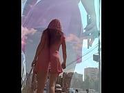 Девушка мастурбирует крупным планом в бассейне