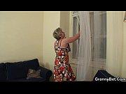 Жену имеют пока муж комнате видео