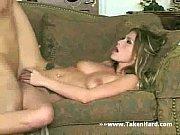 Девка наклонилась видно грудь видео