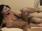 Две девушки сексуально себя ласкают утром на кровати