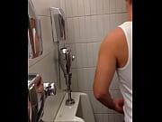 espiando a hetero en baño publico – Free Porn Video