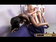 строгая женщина в постели с наручниками