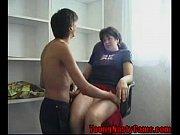 мать сына заставила лизать пизду