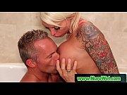 Мужчина трахает языком девушку