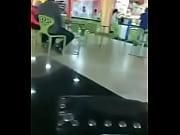 Парень трахает девушку у всех на глазах видео