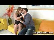 Жінка половими губами дрочить чоловічий член