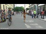 louca tereza nua mostra seu corpo quente em ruas públicas