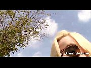 Брюнетка мастурбирует в ванной видео