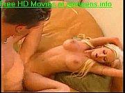 vroče teen blonde zajebal na kavču