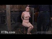Голая девка делает массаж