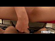 порно видео девушка и два парня вставляют в девушку бутылку кока колы