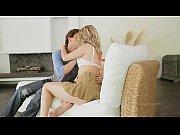 Порно видео как красивая девушка дрочит себе свою киску перед экраном