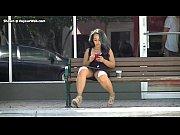 Desnuda en la calle y de compras