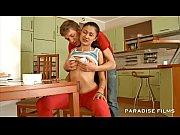Порно видео зрелая лесби трахает двух молодых лесби большим самотыком в аналы