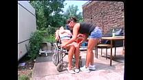 pipi haciendo ruedas de silla en Chica