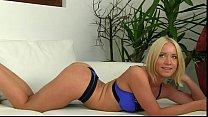 Бдсм секс длинноногой сексапильной блондинки и парня раба в черном латексе