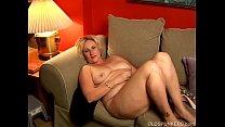 chubby cougar has a nice wank