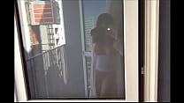 seins nus sur la balcon