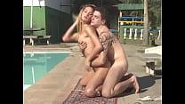 Shemale loira faz sexo a beira da piscina