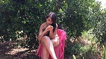 Chica joven de 18 años sentada desnuda entre árboles