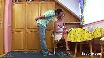Зрелая мама в гениколоческом креспе врачъ делает уролог
