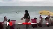 Mulher Melão paga peitinho na praia