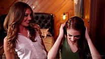 Сладкие сочные поцелуи лисбиянок в постели смотреть онлайн