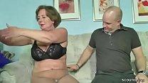 Mutti hilft ihm mit einem Fick als sie alleine sind porn videos