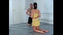 Парень делает масажи на сиськи