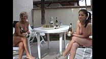 Красивые трансвеститы моются в душе