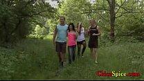universitarios recorren un bosque de paseo pero...