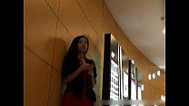 【絲襪美腿】商场里听音乐的美女 - YouTube (720p)