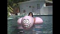 Amigas lesbicas na piscina na maior diversao