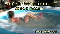 Bébé Kio fait de la mousse dans la piscine CLIP