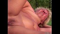 Русская блондинка с короткой стрижкой трахается с сыном на кровати