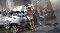 Novinha gostosa flagrada em posto de gasolina
