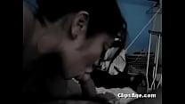 Девушка снимает лифчик на скрытую камеру