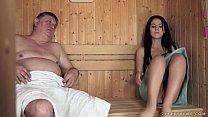 Vovô sapeca comendo sua netinha na sauna de casa