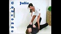 Julie Couronne ar en dominant tjej!