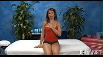 Голая женщина делает эротческий массаж с пеной