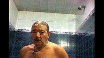 Mamando maduro no banheiro da sauna gay