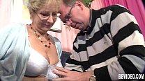 Толстая пожилая мама дала сыну