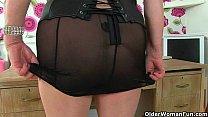 Порно видео пожилая женщина раздевается до гола и трахается