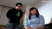 Две бабы разрабатывают анусы двухсторонним членом а мужик им помогает онлайн