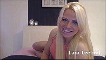 Webcam Girl mit dicken Titten gibt einen Blowjob