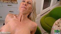 Молодая красивая блондинка мастурбирует шалуя своими пальчиками
