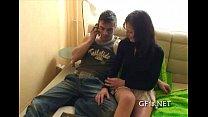 Мужик смотрит женщин на гинекологическом кресле жестко
